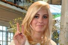 jasmin-weber-macht-peace-zeichen