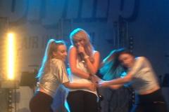 Annemarie Eilfeld mit ihren zwei Tänzerinnen